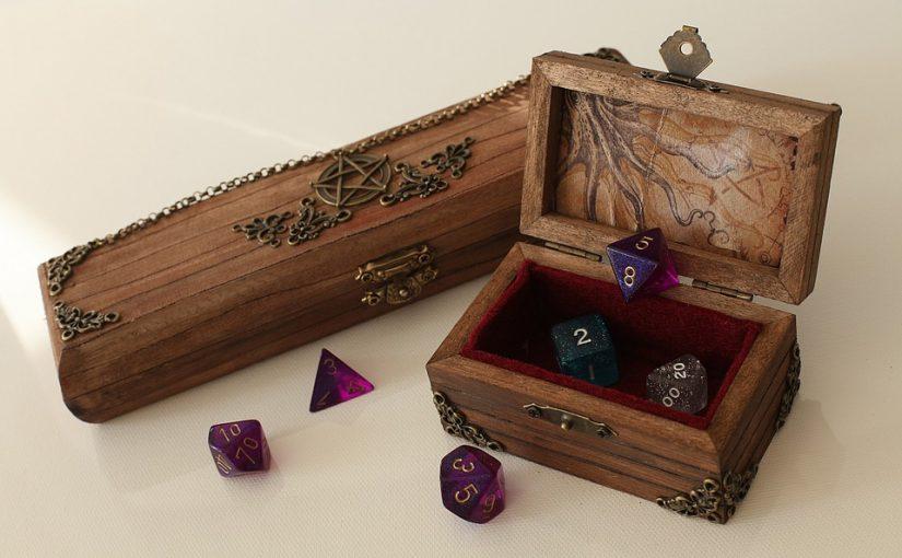 Caja de madera con dados