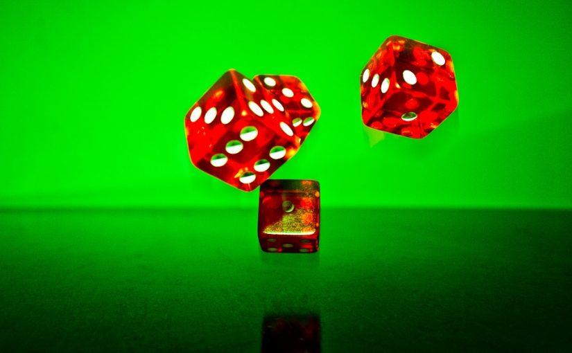 4 dados de casino de 6 caras sobre fondo verde
