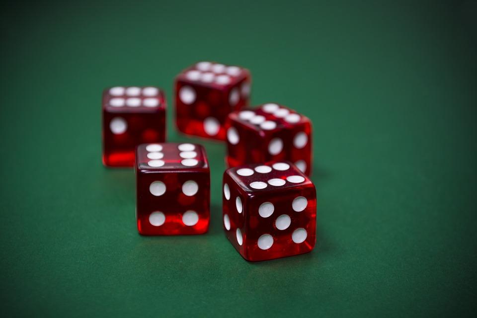5 dados de casino rojos