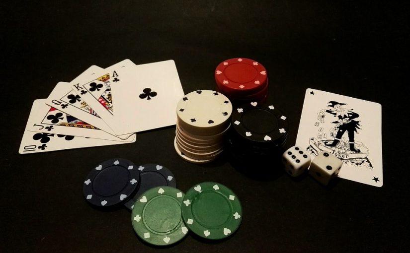 Fichas cartas y dados de poker