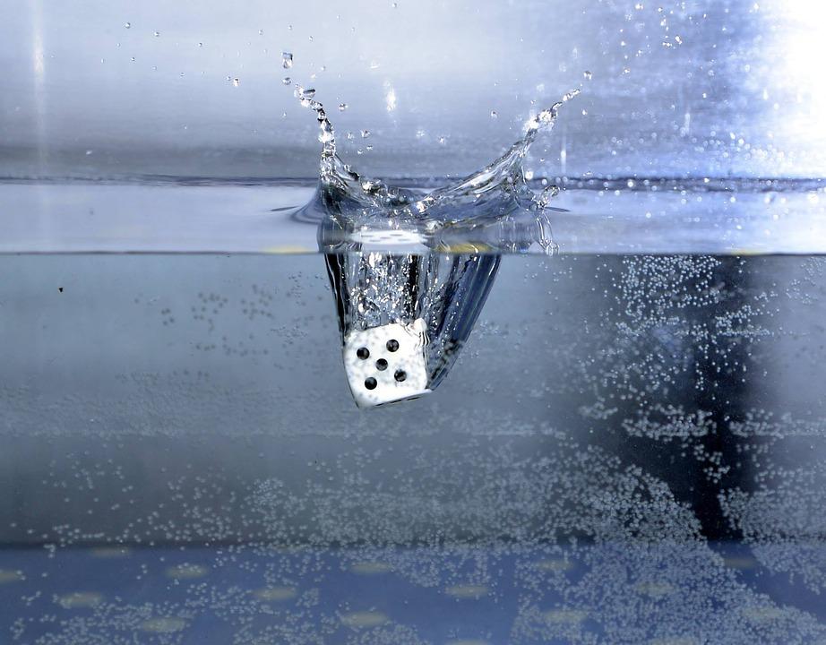 Dado sumergiéndose en agua