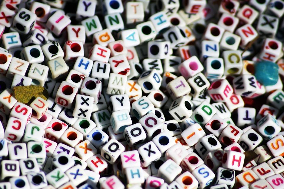 Pequeños dados con letras